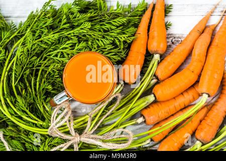 Gesunde Smoothie aus Karotten in Mason jar Becher, vitamin Saft, Ansicht von oben - Stockfoto