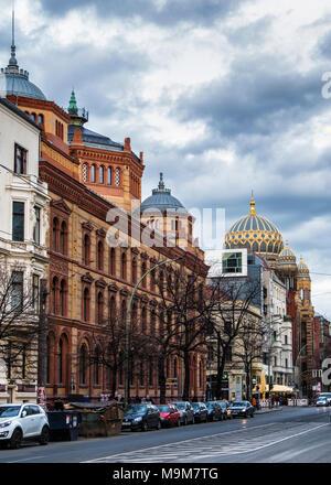Berlin-Mitte, Oraninienburger Straße street view von alten historischen Gebäuden. Außen & Fassade aus Backstein Post und Jüdische Synagoge mit grünen Kuppel - Stockfoto
