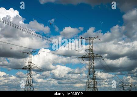 Hohe Spannung Sendemast für Elektrizität mit Wolken im Hintergrund - Stockfoto