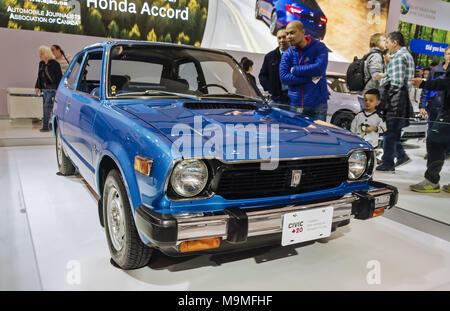 Toronto, Kanada - 2018-02-19: Besucher von 2018 Canadian International AutoShow in der ersten Generation des Honda Civic 1972 suchen, die auf der - Stockfoto