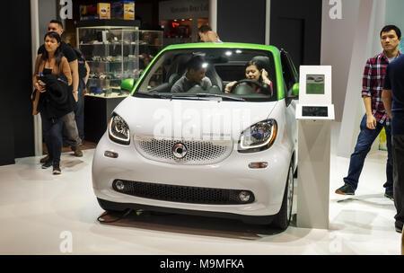 Toronto, Kanada - 2018-02-19: Besucher von 2018 Canadian International AutoShow Testen der Smart EQ fortwo electric microcar auf dem Smart angezeigt b - Stockfoto