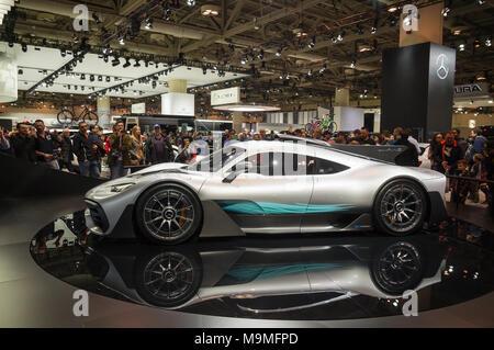 Toronto, Kanada - 2018-02-19: Besucher von 2018 Canadian International AutoShow rund um den Mercedes-AMG-Projekt einen Supersportwagen auf dem Mercedes-Benz Exposition angezeigt - Stockfoto