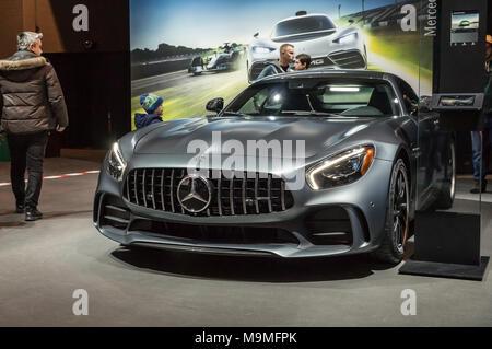 Toronto, Kanada - 2018-02-19: Besucher von 2018 Canadian International AutoShow neben dem Mercedes-AMG GT-R auf dem Mercedes-Benz Exposition angezeigt - Stockfoto