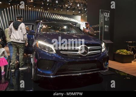 Toronto, Kanada - 2018-02-19: Besucher von 2018 Canadian International AutoShow neben dem Mercedes GLE Premium-SUV auf dem Mercedes-Benz Exposition angezeigt - Stockfoto