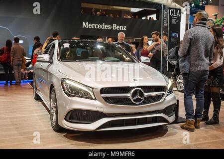 Toronto, Kanada - 2018-02-19: Besucher von 2018 Canadian International AutoShow neben dem Mercedes CLA 4-türigen Coupé auf dem Mercedes-Benz Exposition angezeigt - Stockfoto