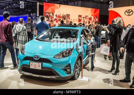 Toronto, Kanada - 2018-02-19: Besucher von 2018 Canadian International AutoShow rund um den Prius c Kleinwagen hybrid Auto auf die Toyota Motor Corporation Exposition - Stockfoto