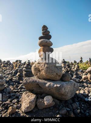Gestapelte Steine, Cairns, Pyramiden, Playa del Castillo, Puerto de la Cruz, Teneriffa, Spanien - Stockfoto