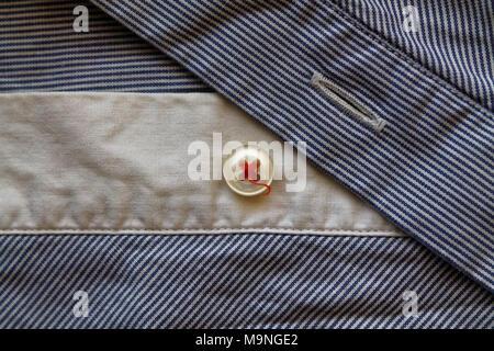 Nahaufnahme des Blauen und Weißen abgestreift Stoff Textur mit Taste - Stockfoto