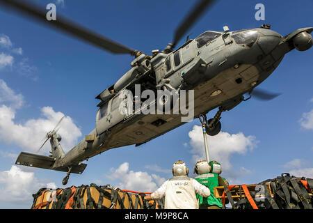 180324-M-RT 059-0595 ÄGÄIS (24. März 2018) Marinesoldaten und Matrosen auf die Harpers Ferry zugeordnet - Klasse dock Landung Schiff USS Oak Hill (LSD 51) Vorbereitung auf die Haken Artikel für den Transport auf einem MH-60S Seahawk Helikopter Hubschrauber Meer Combat Squadron (HSC) 28, während eine Auffüll-anforderung-auf-See in der Ägäis 24. März 2018 beigefügt. Oak Hill, Home-in Virginia Beach, Virginia portiert, und der 26. MEU leiten naval Operations in den USA 6 Flotte Bereich der Operationen. (U.S. Marine Corps Foto: Staff Sgt. Dengrier M. Baez/Freigegeben) - Stockfoto
