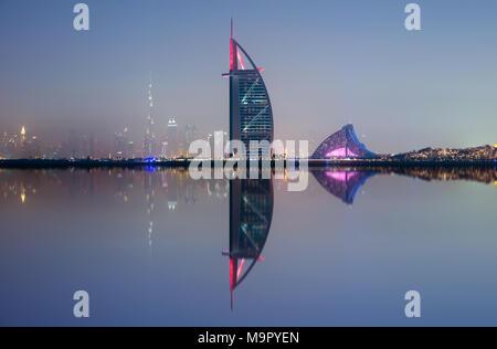 Skyline von Dubai mit Wasser Reflexion an nahe, VAE - Stockfoto