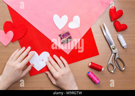 Blick von oben auf die Hände pinning Herz-Muster filzstoff. nähen ...