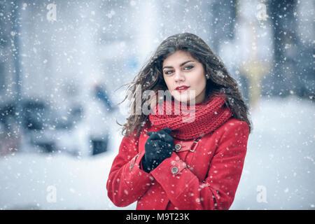 Winter. Mädchen brunette capless Lächeln auf dem Hintergrund der Schnee. Close-up. Haar entwickelt. Wind und Schnee - Stockfoto
