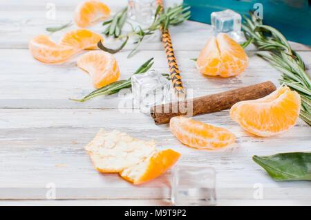 Erfrischender Cocktail mit Mandarinen, Saft und Eis im Glas auf einem weißen Hintergrund Holz, alkoholische Getränke, Kopie Raum - Stockfoto