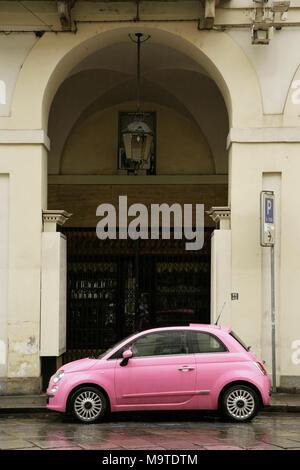 Rosa Fiat 500 Rosa Auto, Turin, Italien. - Stockfoto