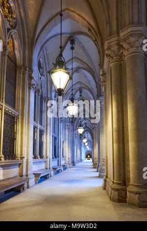 Gewölbter Durchgang vor der City Hall (Rathaus) in Wien, Österreich, früh am Abend - Stockfoto