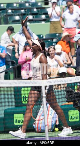 Miami, Key Biscayne, Florida, USA. 26 Mär, 2018. Sloane Stephens (USA) Niederlagen Garbine Muguruza (ESP) von 6-3, 6-4, im Miami Öffnen bei Crandon Park Tennis Center in Miami, Key Biscayne, Florida gespielt wird. © Karla Kinne/Tennisclix/CSM/Alamy leben Nachrichten - Stockfoto