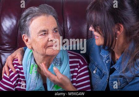 Ältere Mutter und erwachsene Tochter glücklich lächelnd. - Stockfoto