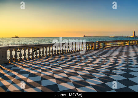 Die Terrazza Mascagni Terrasse Belvedere Meer und Hafen Eingang bei Sonnenuntergang. Livorno Toskana Italien Europa. - Stockfoto