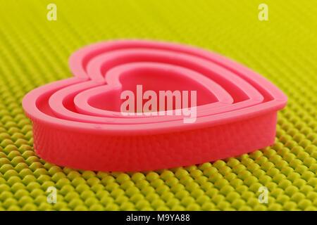Rosa Kunststoff Herz auf rutschfeste Matte - Stockfoto