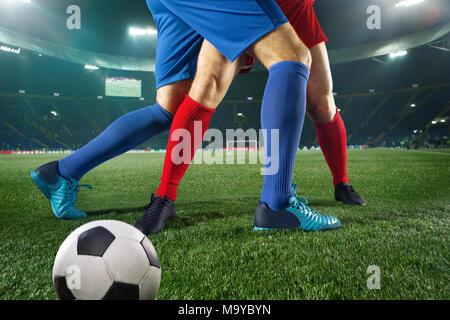 Fußball Spieler und Ball - Kampf um grüne Gras - Stockfoto