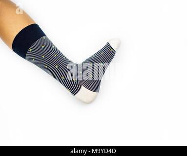 Socke am Bein, Bein tragen Socken eine Seite auf weißem Hintergrund - Stockfoto
