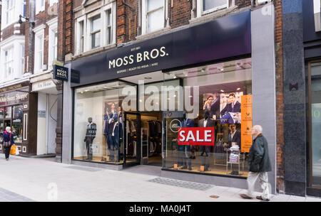 Ein Zweig der Moss Bros Herrenmode Shops in Bromley High Street, London. - Stockfoto