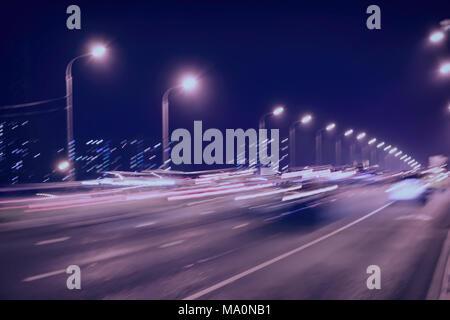 Abstrakte verschwommenes Licht Wanderwege auf der Autobahn Autobahn bei Dämmerung, Bild der Urban Speed traffic Nacht. Getönten städtische moderne Hintergrund. Auto, Straße der Stadt leuchtet - Stockfoto