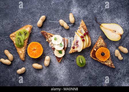 Gesund süßen Sandwiches mit Erdnussbutter und Früchte. Ansicht von oben - Stockfoto
