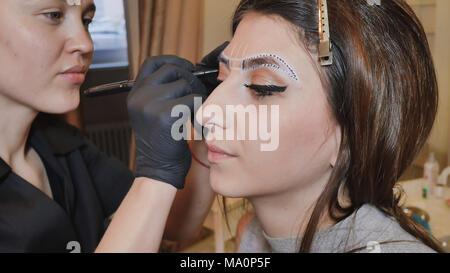 Permanent Make-up. Dauerhafte Tätowierung der Augenbrauen. Kosmetiker Anwendung dauerhaft auf Augenbrauen Make-augenbraue Tattoo. - Stockfoto