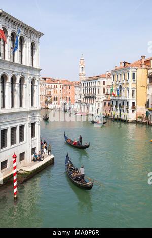 Erhöhten Blick auf die Gondeln auf dem Canal Grande, San Polo, Venedig, Venetien, Italien nehmen Gruppen von Touristen auf einer Sightseeing Tour