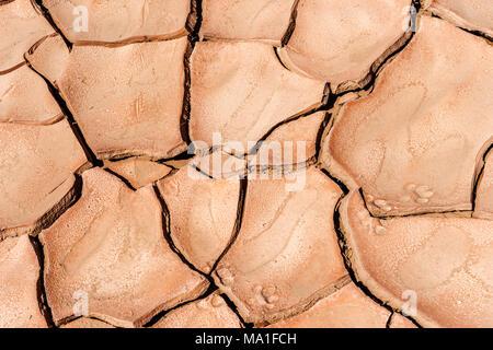 Erde durch Trockenheit in der Wüste geknackt, arbeitet als Hintergrund oder Textur