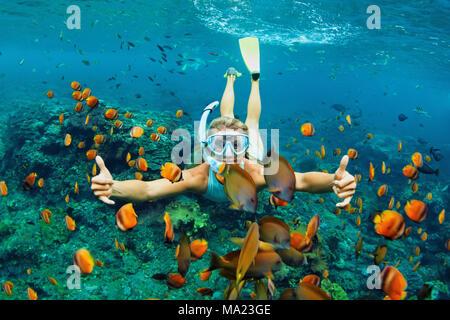 Happy Family - Mädchen in Schnorcheln Maske Tauchen Unterwasser mit tropischen Fische im Korallenriff Meer Pool. Reisen, Wassersport Outdoor Abenteuer, s - Stockfoto