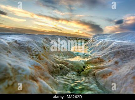 Pamukkale Travertin, Traverten ist ein vielseitiges, rutschfest durch chemische Reaktion post gebildet - Fällung aufgrund verschiedener Ursachen und Umgebungen. Geologische - Stockfoto