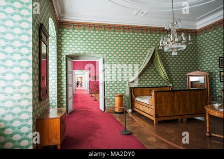 Schloss Corvey Biedermeier   Schlafzimmer Mit Doppelbett Und Baldachin  Stoff Gegen Eine Tapezierte Wand   Stockfoto