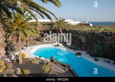 """""""Jameos del Agua"""", Garten mit Swimmingpool, der von Cesar Manrique auf Lanzarote entwickelt - Stockfoto"""