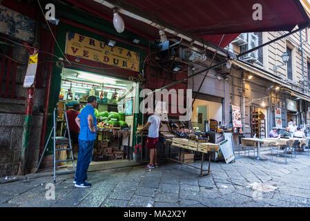 Palermo, Italien - 10 August 2017: Lebensmittel Straße Markt genannt Ballaro mit Verkäufern schließen ihr Geschäft in der Altstadt von Palermo auf Sizilien, Italien - Stockfoto