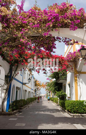 Puerto de Mogan, kleinen Hafen Stadt im äußersten Südwesten der Insel, einer der schönsten Orte ist, auch wegen der üppigen bougainvillaeas verzieren die Gassen der Altstadt - Stockfoto