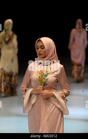 Jakarta, Indonesien. 30 Mär, 2018. Ein model präsentiert eine Kreation von Indonesischen designer Novita Sari während Indonesien Fashion Week in Jakarta, Indonesien, 30. März 2018. Credit: Agung Kuncahya B./Xinhua/Alamy leben Nachrichten - Stockfoto