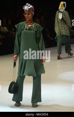 Jakarta, Indonesien. 30 Mär, 2018. Ein model präsentiert eine Kreation von Indonesischen designer Itang Yunasz während Indonesien Fashion Week in Jakarta, Indonesien, 30. März 2018. Credit: Agung Kuncahya B./Xinhua/Alamy leben Nachrichten - Stockfoto