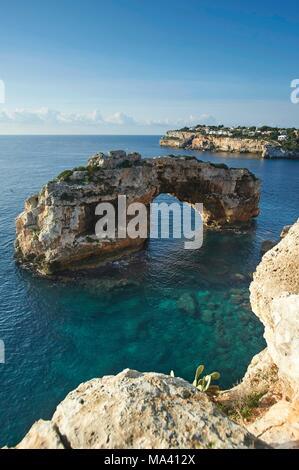 Ein natürlicher Bogen zwischen Cala Santanyí und Cala Llombards, Mallorca, Spanien - Stockfoto