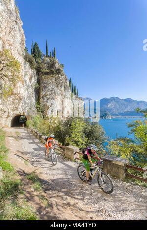 Mountainbiker auf der Ponale Trail, Gardasee, Italien - Stockfoto