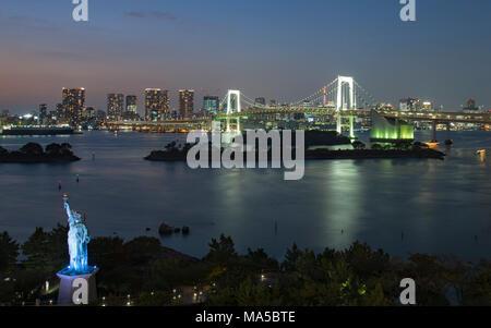 Asien, Japan, Nihon, Nippon, Tokio, Shibura Kai, Odaiba, Minato, Rainbow Bridge bei Nacht - Stockfoto