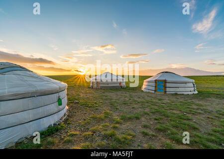 Mongolische Nomaden traditionellen Gers, während die Sonne untergeht. Mitte der Provinz Gobi, Mongolei. - Stockfoto