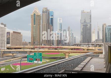 DUBAI, VAE - 24. MÄRZ 2017: Die Wolkenkratzer der Innenstadt. - Stockfoto