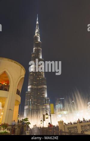DUBAI, Vereinigte Arabische Emirate - 24. März 2017: Der nächtliche Burj Khalifa und den Brunnen. - Stockfoto