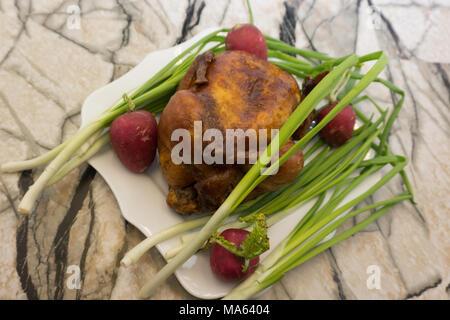 Ganze gegrillte Hähnchen serviert mit Gemüse - Stockfoto