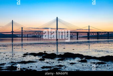 Sonnenaufgang Blick auf die drei großen Brücken über den Firth-of-Forth in South Queensferry, Kreuzung, North Queensferry Road Bridge und die Forth Bridge - Stockfoto