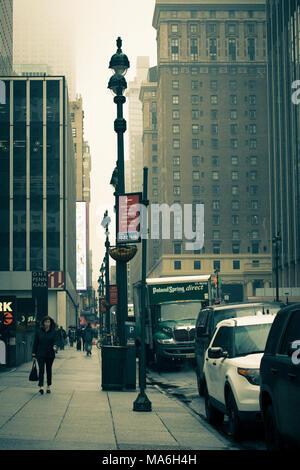 NEW YORK CITY - 29. MÄRZ 2018: New York City Manhattan Straße Szene mit Autos, die das Leben in der Stadt auf einem typischen Wochentag Nachmittag - Stockfoto