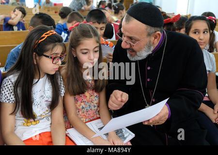 Abuna Erstmusterprüfungen, Priester in der Syrisch-orthodoxen Priester flohen, Mosul, jetzt in der Chaldäischen Kirche St. Joseph in Duhok, Nordirak, kurdische autonome Region - Stockfoto