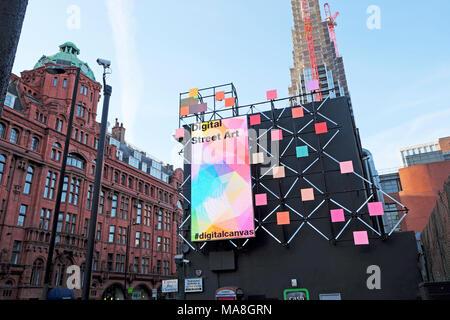 Digitale Street Art elektronische Anschlagtafel auf der Seite eines Gebäudes an der Ecke der Old Street und City Road in Shoreditch East London UK KATHY DEWITT - Stockfoto